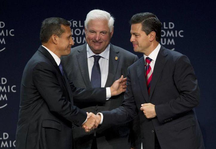 Peña Nieto saluda al presidente de Perú, Ollanta Humala (i) y al mandatario panameño Ricardo Martinelli. (Agencias)