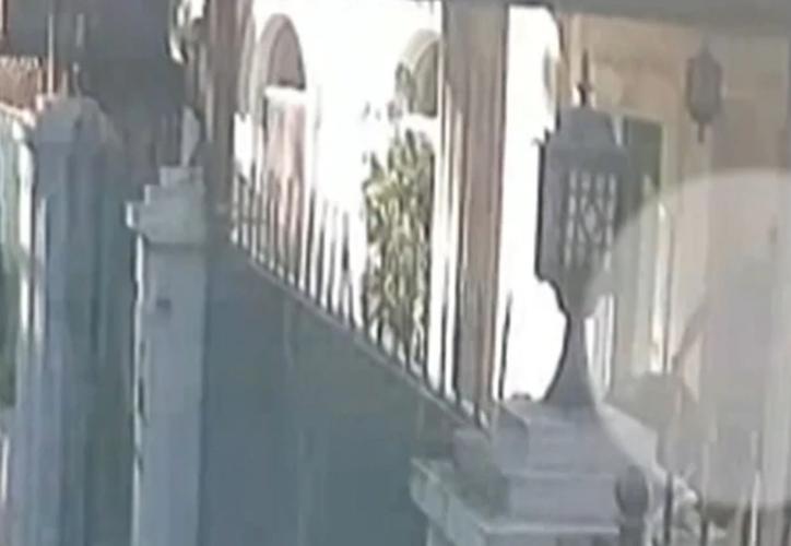 Las cámaras de seguridad turcas captan el presunto momento en el que retiran del consulado los restos de Khashoggi en bolsas. (Captura de Pantalla)