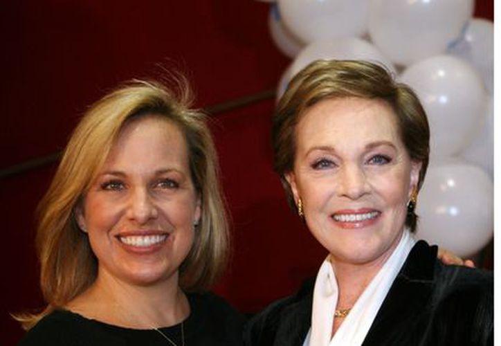 Julie Andrews (der.) se dedica ahora a escribir libros infantiles. (Agencia Reforma)
