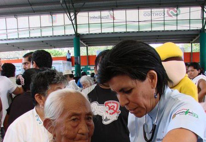 Especialista atiende a personas de escasos recursos. (Manuel SalazarSIPSE)