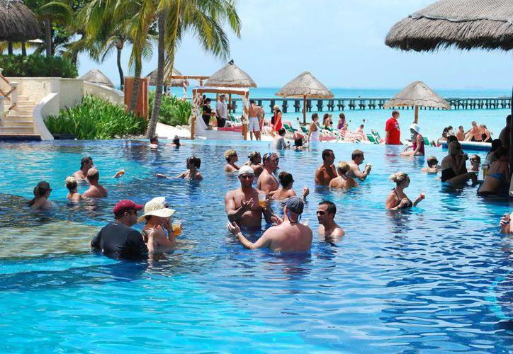 En los últimos tres años, la afluencia de visitantes de Colombia, Chile, Perú y México hacia Cancún ha aumentado. (Israel Leal/ SIPSE)