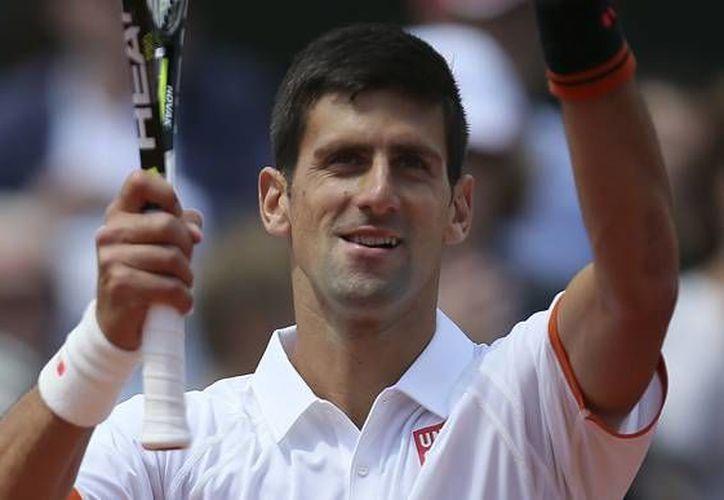 Novak Djokovic (foto) y Rafael Nadal siguen en pie de lucha en busca del trofeo del Abierto de Francia Roland Garros. (AP)