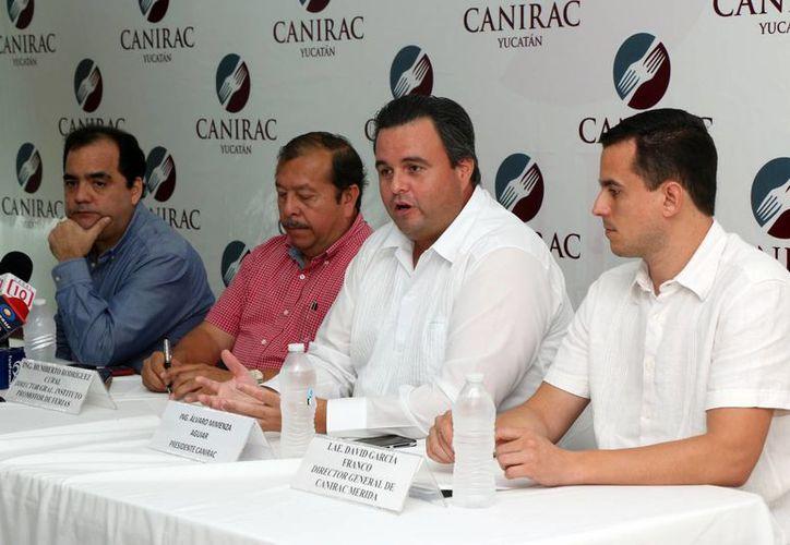 El dirigente de la Canirac, Álvaro Mimenza Aguiar, habló sobre los descuentos de precios en la Feria Yucatán Xmatkuil y sobre las ganancias que esperan los restauranteros. (José Acosta/SIPSE)