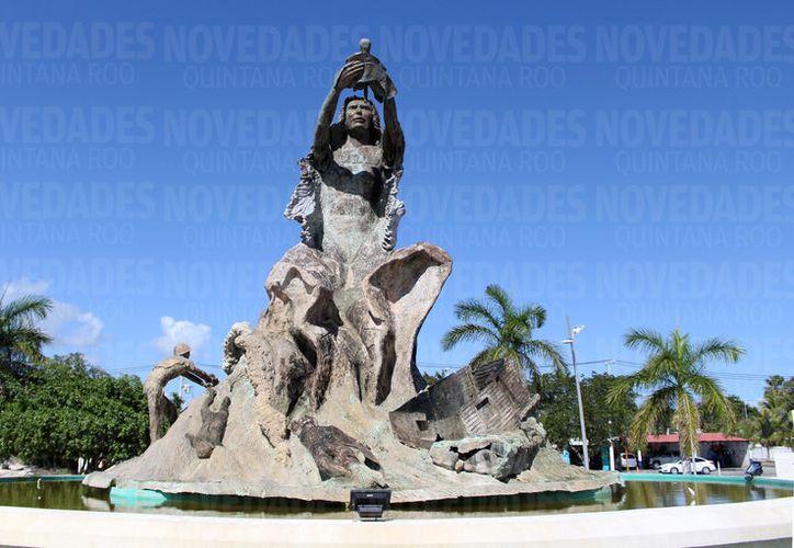 El monumento representa al huracán Janet que lleva en sus brazos un recién nacido. (Foto: Joel Zamora)