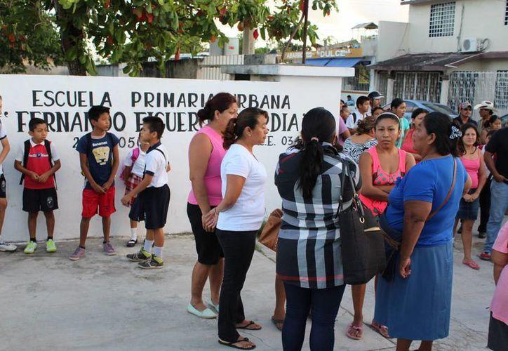 Padres de familia de la Escuela Primaria Fernando Figueroa Guardia, en Chetumal, exigieron la destitución del director. (Ángel Castilla/SIPSE)
