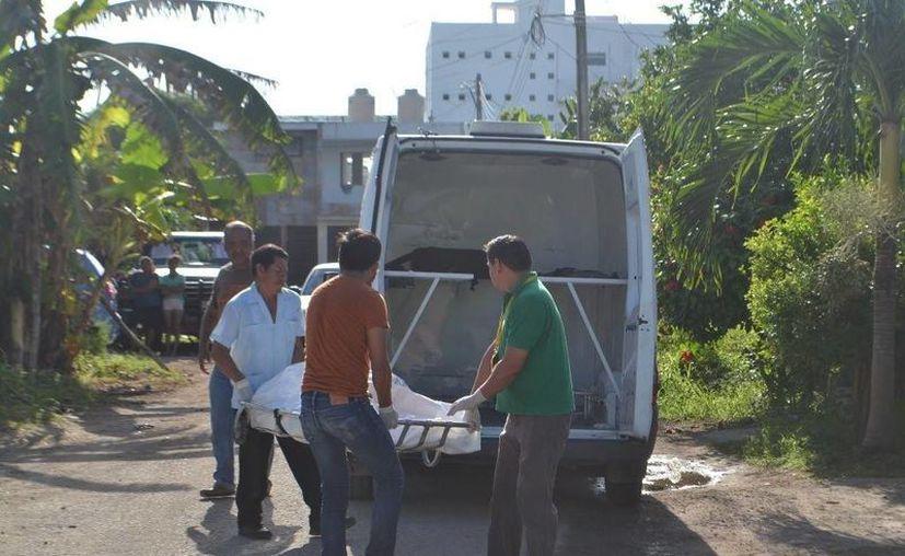Personal del Servicio Médico Forense hizo el levantamiento del cuerpo. (Redacción/SIPSE)