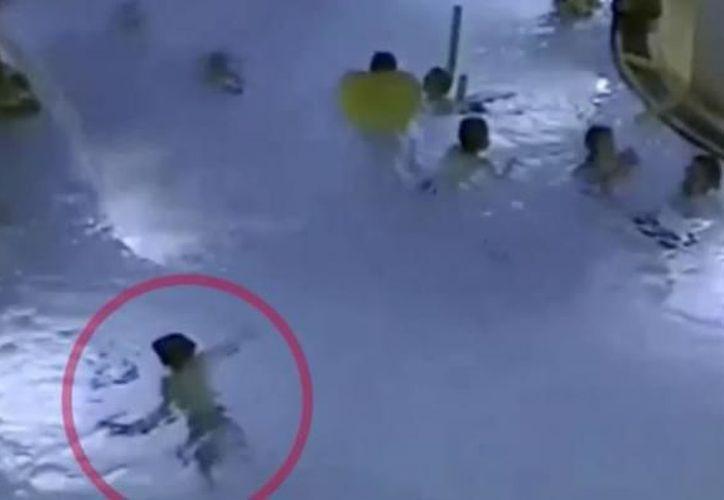 La víctima fue llevada de urgencia a un hospital cercano, donde los médicos lograron revivirlo. (Foto: Captura del video)