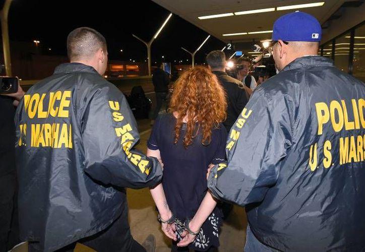 Tonya Couch llegó al aeropuerto internacional de Los Ángeles en la madrugada del jueves en un vuelo procedente de México custodiada por agentes federales estadounidenses. (AP)