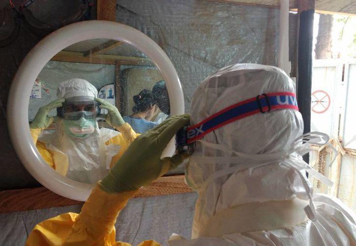 La organización Médicos Sin Fronteras (MSF), sección Alemania, consideró ayer en Berlín que la reacción internacional ante el brote del Ébola en África Occidental ha sido y sigue siendo completamente caótica. (Notimex)