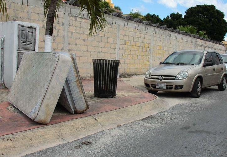 En las colonias populares de Cozumel se nota la presencia de colchones abandonados en la vía pública. (Gustavo Villegas/ SIPSE)