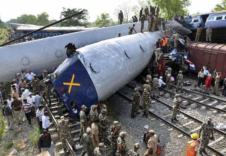 Cuadrillas de rescate trabajaron para sacar a personas atrapadas entre los vagones volcados y los escombros del tren. (Agencias)