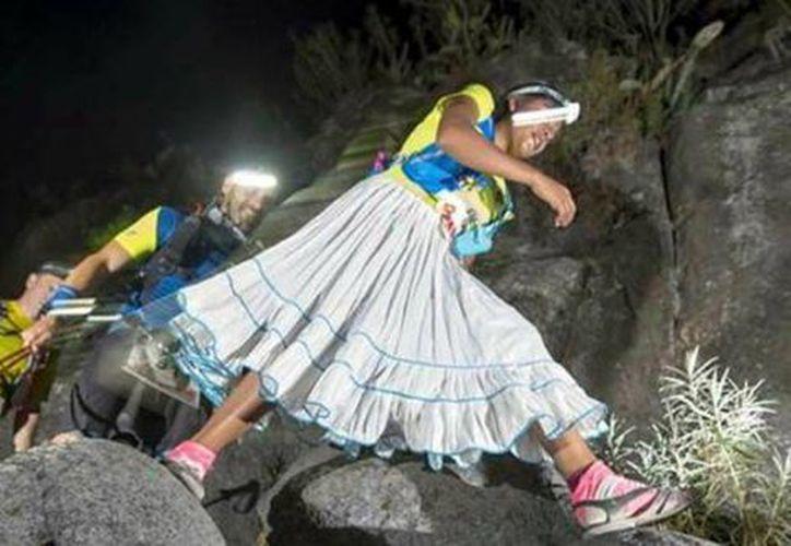 La atleta tarahumara de 22 años llevaba 55 kilómetros cuando sintió un fuerte dolor en la rodilla. (Jordi de la Fuente).