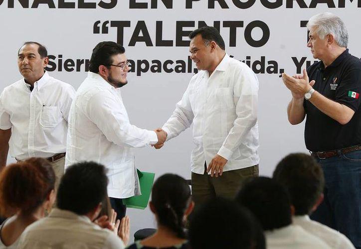 """El sábado, el Gobernador acudió al Inicio del programa de certificación de profesionales en programación con México First """"Talento ti Yucatán"""".(Cortesía)"""