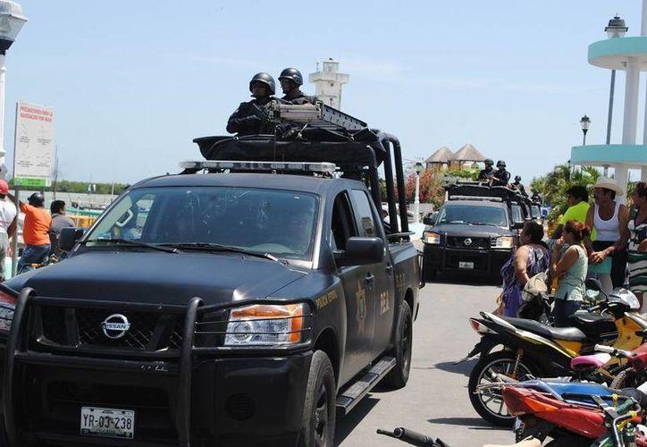 Decenas de policías de la SSP llegaron a Río Lagartos en busca de los supuestos ladrones de motores y lanchas. (SIPSE)