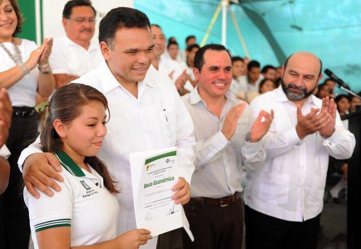 El gobernador Rolando Zapata Bello entregó ayer becas a estudiantes del Conalep. (SIPSE)