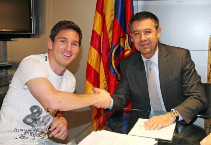 Lionel Messi (i) con el presidente del club Barcelona, Josep Maria Bartomeu. Hoy ha quedado establecida la renovación del contrato del delantero. (EFE)