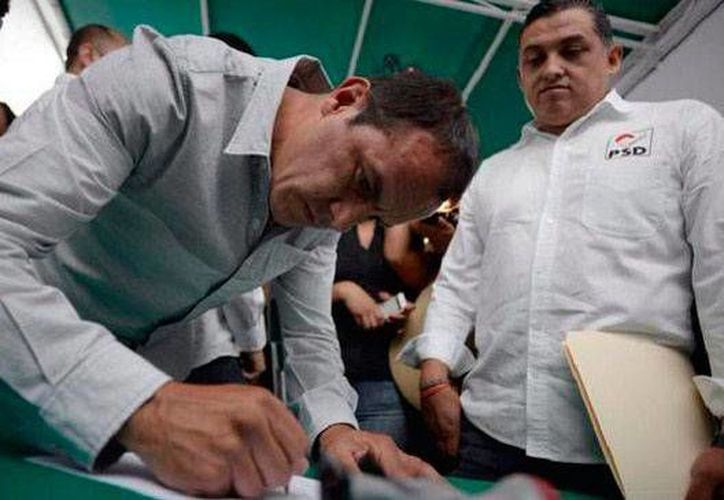 Cuauhtémoc Blanco, aspirante a la alcaldía de Cuernavaca por el PSD, salió de un hospital al que llegó tras las elecciones debido a una infección estomacal. (24-horas-mx)