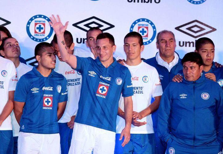 Christian Giménez saluda a la afición en la reciente presentación de los nuevos uniformes del Cruz Azul, el pasado 17 de julio. (Notimex)