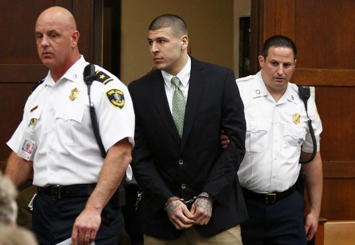 Aaron Hernández (foto) disparó y mató a Daniel de Abreu y Safiro Furtado en 2012. En la foto durante la audiencia de este miércoles en donde se le dictaron cargos por homicidio intencional. (Foto: AP)