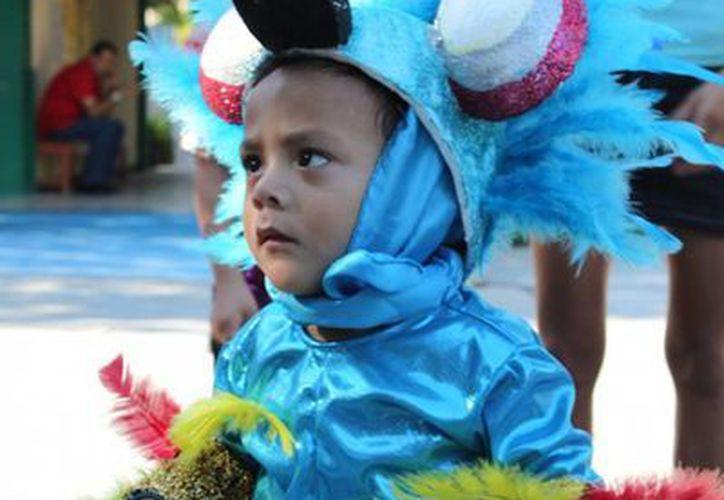 Niños y grandes participan de las fiestas de carnaval en Playa del Carmen. (Cortesía/SIPSE)