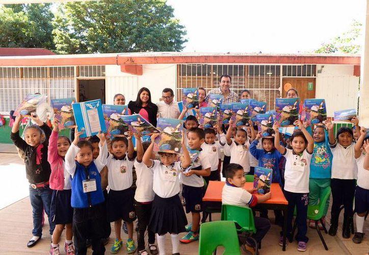 El secretario de Educación y Cultura (SEyC), José Alberto Alonso Ovando, visitó hoy siete escuelas de Puerto Morelos. (Cortesía)