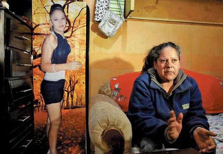 Gloria Adriana Ramírez tiene la mirada cansada, agotada, el semblante demacrado por la desaparición, en 2011, de su hija Brenda Karina, de 22 años. (Héctor Téllez/Milenio)
