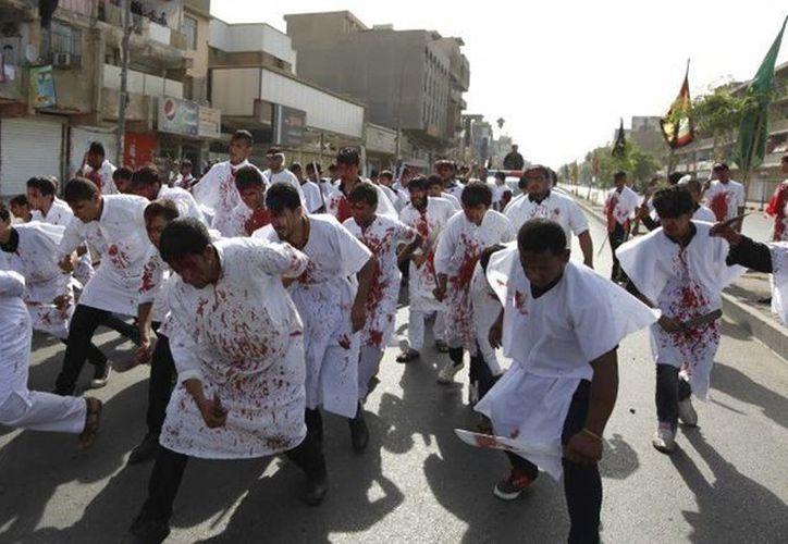 Numerosos hombres participan en el ritual sangriento que conmemora la muerte de Hussein, el nieto del profeta Mahoma. Imagen del Día de Ashura Ashura en Bagdad, este 24 de octubre de 2015. (REUTERS/Ahmed Saad)