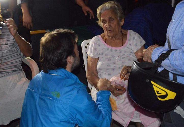 Este domingo se registro un incendio en una residencia privada de ancianos. Imagen que publicó el alcalde de Chacao, Ramón Muchacho, en su cuenta de Twitter donde habla con una de las residentes del asilo que se incendió. (twitter.com/ramonmuchacho)
