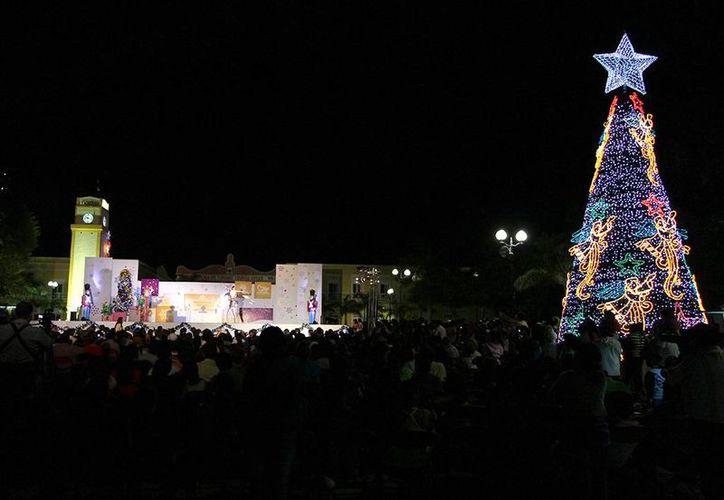 """El Árbol de Navidad del Parque """"Benito Juárez"""" estará iluminando hasta el 6 de enero próximo. (Cortesía/SIPSE)"""