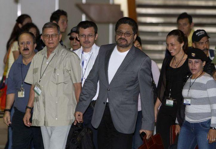 Iván Márquez (c) negociador en jefe de las FARC, con otros  miembros del organismo. (Agencias)