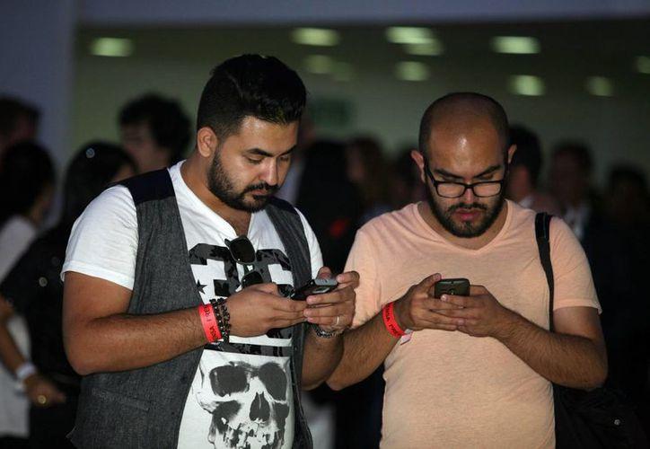 El 35 por ciento de los mexicanos prefieren los teléfonos inteligentes como regalos de Navidad. Imagen de contexto. (Archivo/Notimex)