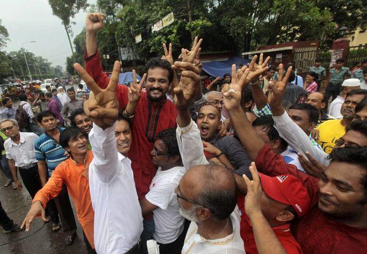 Activistas celebran el veredicto contra Abdul Quader Molla. (Agencias)