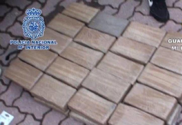 En una localidad de Cádiz, los agentes españoles hallaron 99 kilos de cocaína, 140 mil euros y una pistola con silenciador. (policia.es)