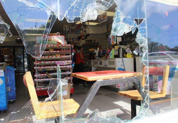 Algunos negocios afectados tendrán que hacer reparaciones antes de poder reabrir. (Foto: Eddy Bonilla/SIPSE)