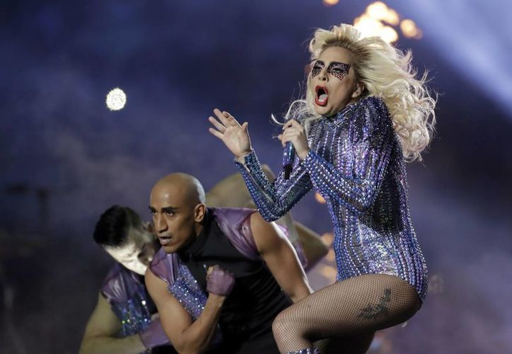 Lady Gaga saludó a sus padres al iniciar su esperada presentación en el Super Bowl 51. (AP/Patrick Semansky)