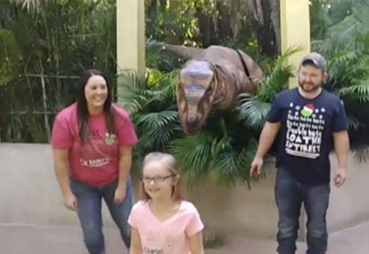 Una mujer venció la vergüenza que le ocasionó un incidente sucedido con un dinosaurio. (Captura Facebook)