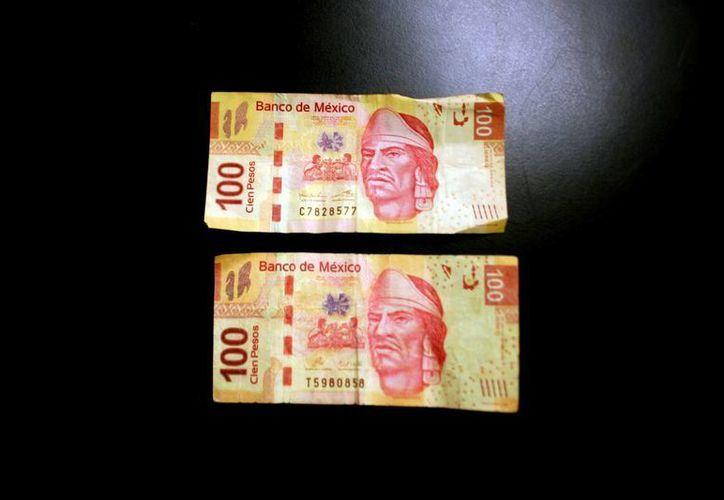El billete auténtico (arriba) y el falso para que compare. (Christian Ayala/SIPSE)