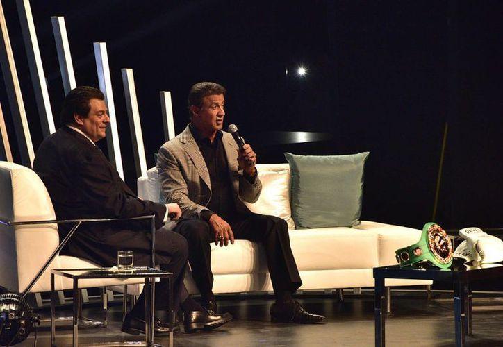 El actor estadounidense Sylvester Stallone (d) con el presidente del CMB ante jóvenes en el evento México Siglo XXI. (Fotos: Notimex)