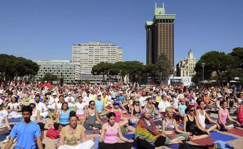 Fotografía facilitada por el Ayuntamiento de Madrid, de los cientos de madrileños que se han congregado en la Plaza de Colón para celebrar el primer Día Internacional del Yoga, en un evento organizado por la Embajada de la India. (Archivo/EFE)