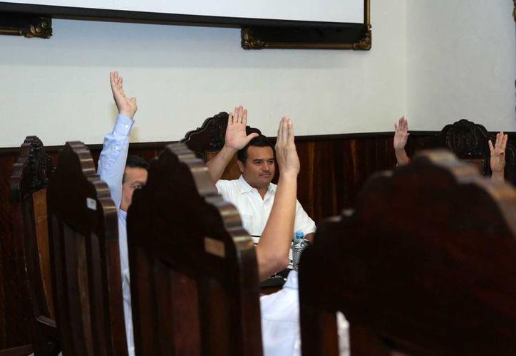 Una de las votaciones en la sesión del Cabildo de Mérida celebrada este viernes. (SIPSE)