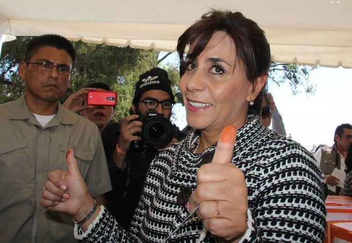 Luisa María Calderón Hinojosa se mostró contenta tras la entrega la constancia que la acredita como candidata a la gubernatura de Michoacán. (Archivo/Notimex)