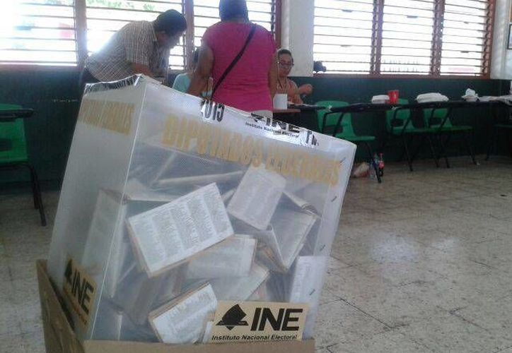 El transcurso de la tarde incremento el número de votantes. (Gustavo Villegas/SIPSE)