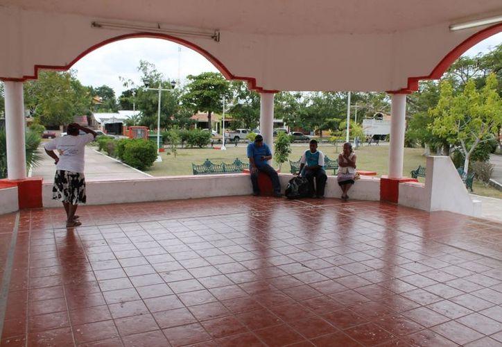 La familia Palomino Zavala permaneció por más de tres horas en el kiosco esperando la ayuda que nunca llegó. (Juan Carlos Gómez/SIPSE)