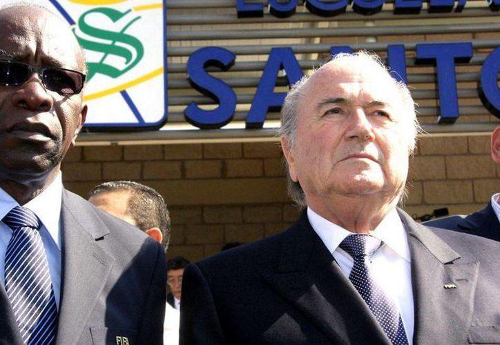 Jack Warner dijo este miércoles que 'ni la muerte frenará la avalancha que se viene' en torno al escándalo de corrupción en FIFA. En la foto, con Josep Blatter en Torreón, Coahuila, en 2009. (foxsports.com)
