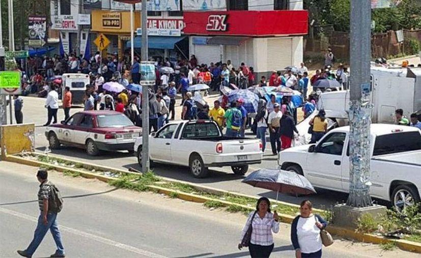 La Coordinadora realiza 7 bloqueos en diferentes puntos de Oaxaca; en Chiapas levantan los ocho cierres carreteros. (Excelsior)