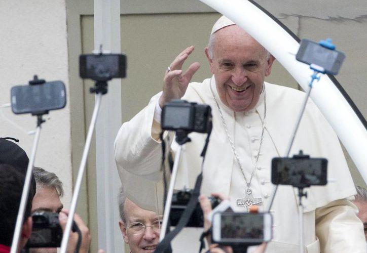 El Papa Francisco saluda durante la audiencia general en la Plaza de San Pedro en el Vaticano. (Agencias)