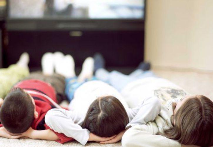 Estar expuestos por varias horas a los programas televisivos e Internet, sugiere conflictos psicológicos y emocionales en niños. (SIPSE)