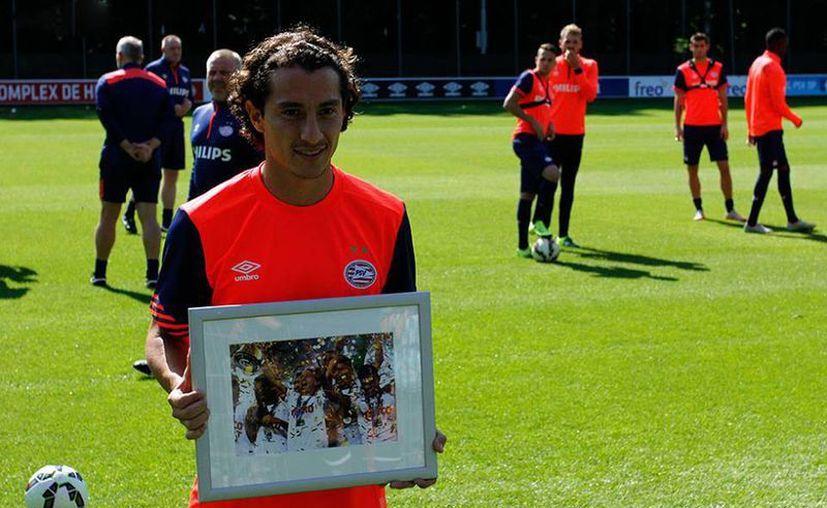 El mexicano Andres Guardado, recibió un homenaje en su regreso a la pretemporada del PSV, en la foto Guardado posa con el galardón. (@PSV)