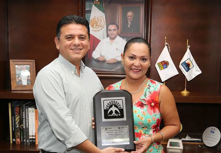 El presidente municipal, Fredy Marrufo Martín, entregó un reconocimiento local a la maestra Cintya Karina Cámara Villanueva. (Cortesía)