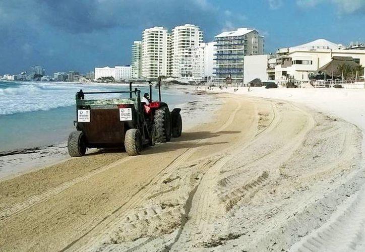 La maquinaria empieza a limpiar la arena desde las 5 horas. (Cortesía)